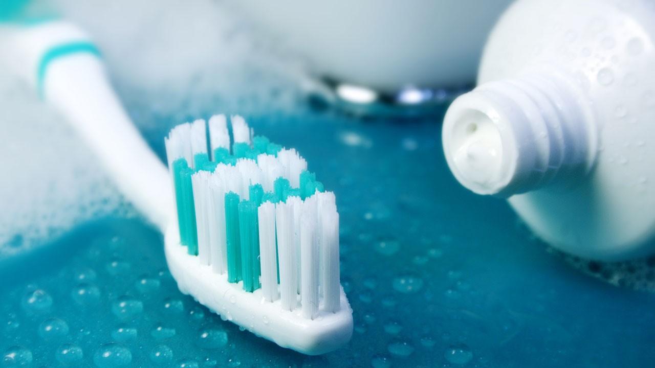 روش صحیح مسواک زدن توسط دندانپزشک زیبایی